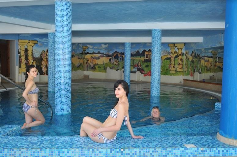 http://www.budavartours.hu/binaries//content/gallery/budavar/locations/accomodations/Ciprus/Kyrenia/L.A.+Beach+Resort/bels%C5%91-medence.jpg