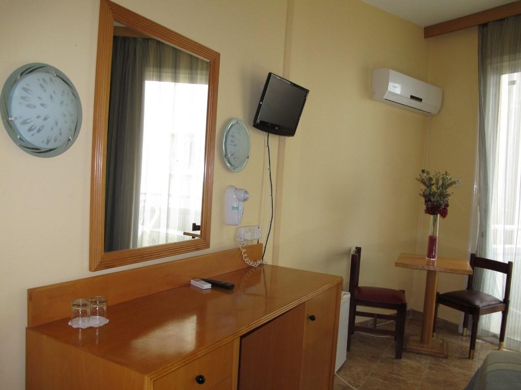 http://www.budavartours.hu/binaries//content/gallery/budavar/locations/accomodations/Ciprus/Larnaca/Flamingo+Beach+Hotel/bedroom-1.jpg