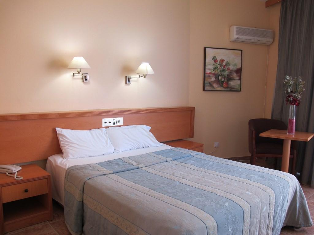 http://www.budavartours.hu/binaries//content/gallery/budavar/locations/accomodations/Ciprus/Larnaca/Flamingo+Beach+Hotel/bedroom-2.jpg