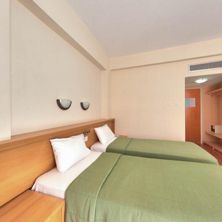 http://www.budavartours.hu/binaries//content/gallery/budavar/locations/accomodations/Ciprus/Larnaca/Flamingo+Beach+Hotel/bedroom.jpg