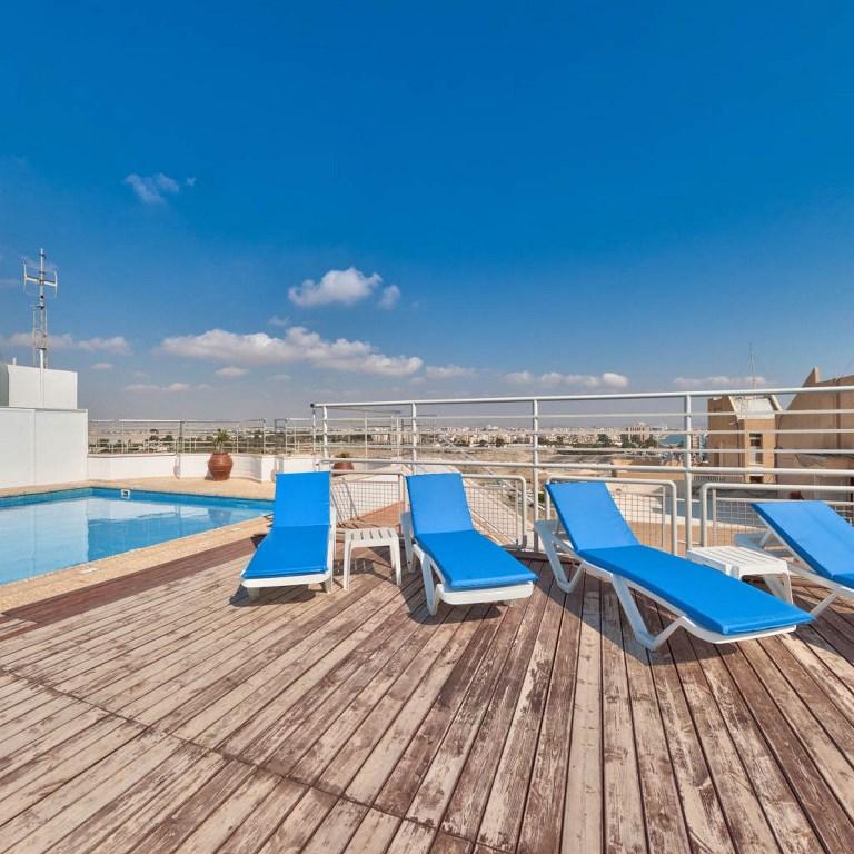 http://www.budavartours.hu/binaries//content/gallery/budavar/locations/accomodations/Ciprus/Larnaca/Flamingo+Beach+Hotel/roof-garden-pool-1.jpg