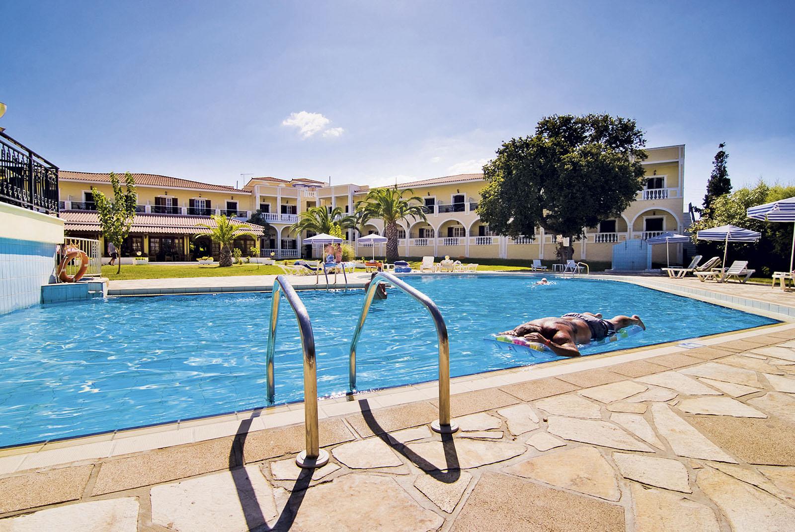 http://www.budavartours.hu/binaries//content/gallery/budavar/locations/accomodations/G%C3%B6r%C3%B6gorsz%C3%A1g/Argassi/Palmyra+Hotel/palmyra_hotel_argassi_medence.jpg