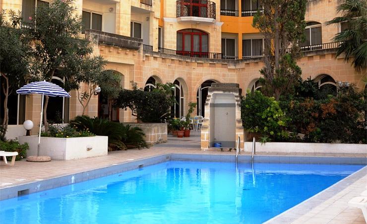 http://www.budavartours.hu/binaries//content/gallery/budavar/locations/accomodations/M%C3%A1lta/st.-paul-s-bay/Ill+Palazzin+Hotel/ill-palazzin-medence.jpg